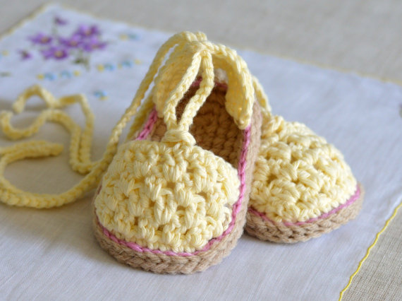 Kız bebekler için sarı patik