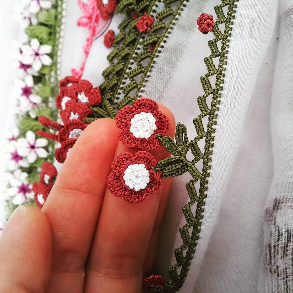 Tığ oyası çiçekli yazma kenarı