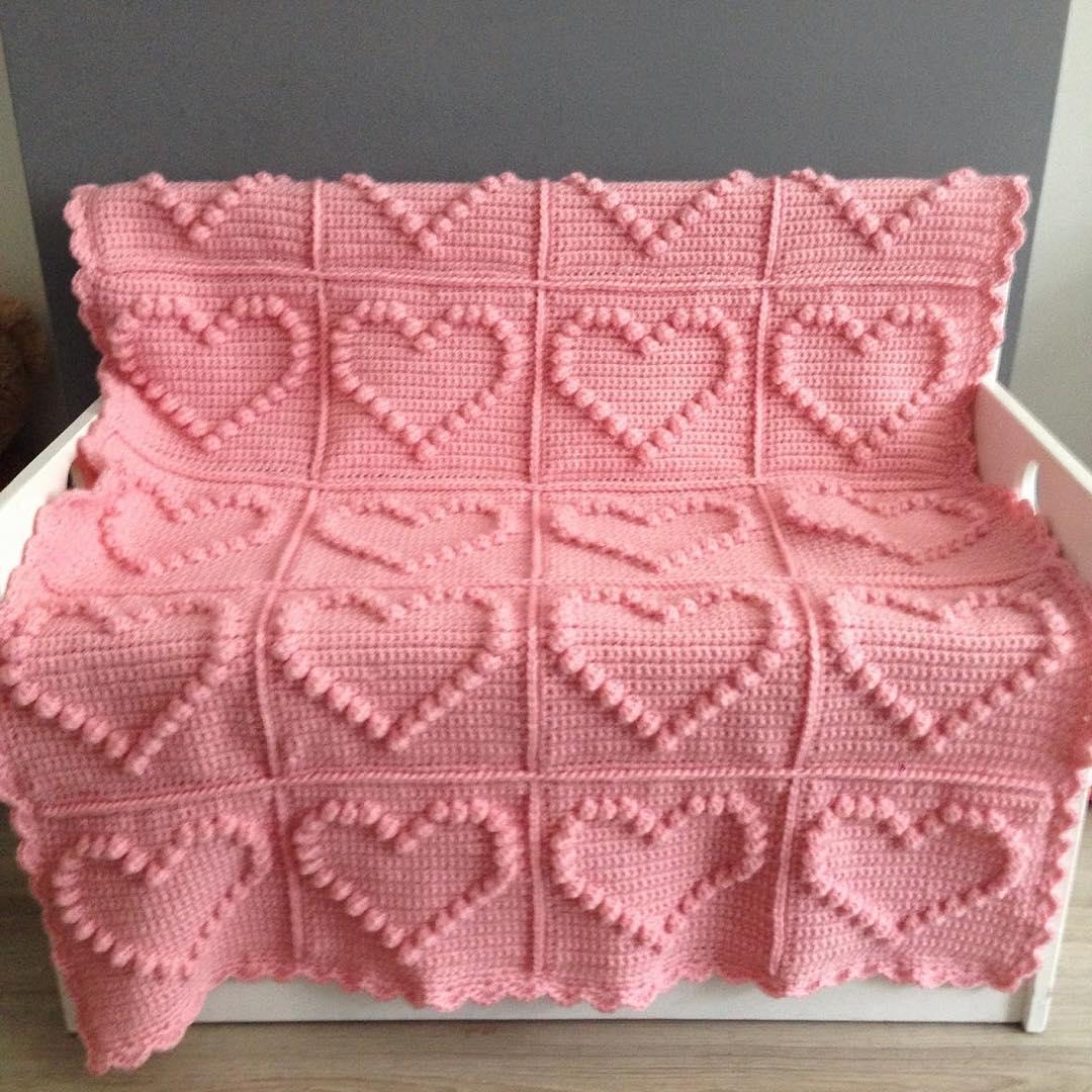 Kalp motifli örgü battaniye