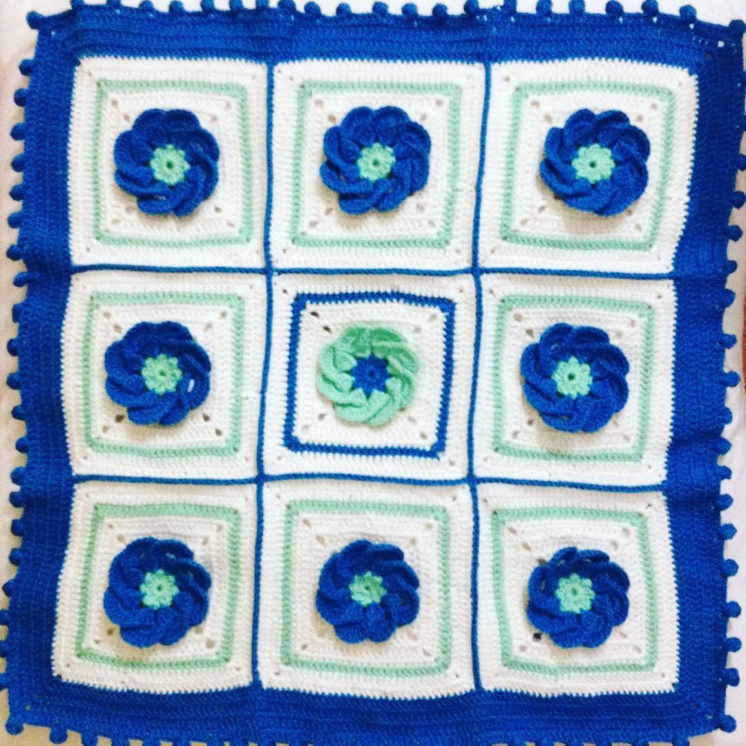 Çiçek motifli bebek battaniyesi