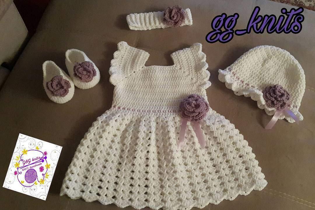 Delikli örgü bebek elbisesi