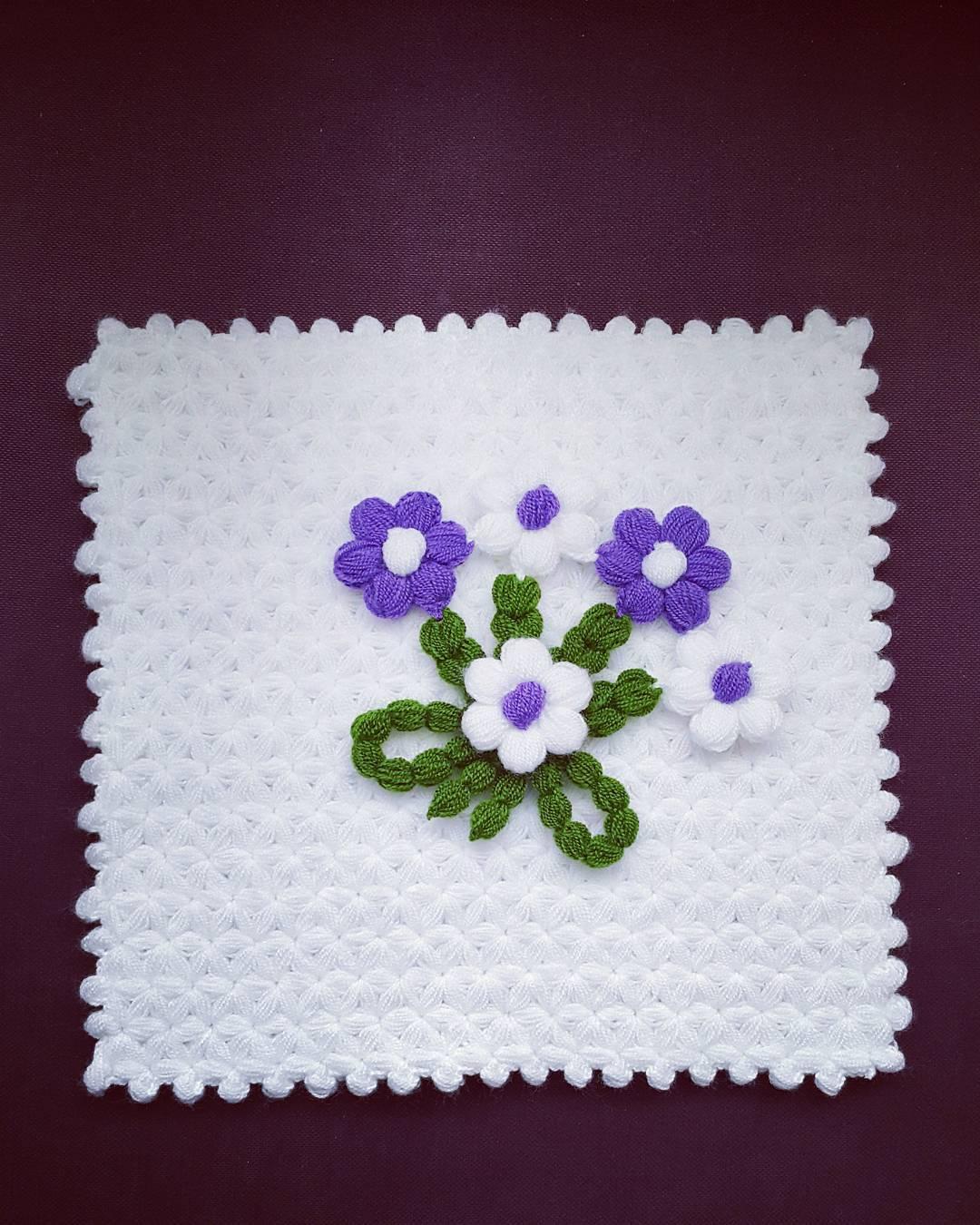 Çiçekli beyaz kare lif