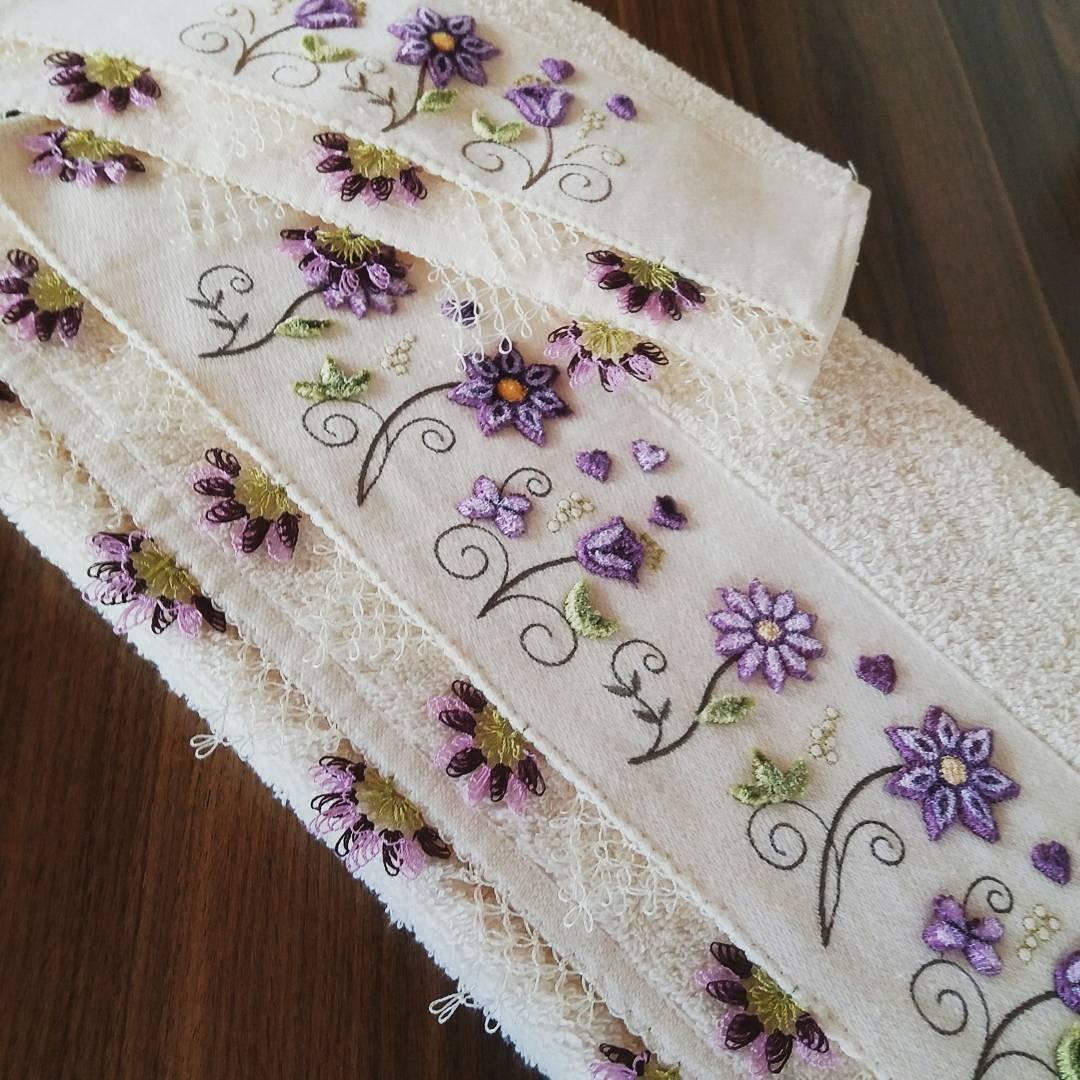 Mor çiçekli iğne oyası havlu modeli
